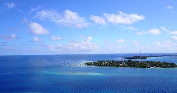 v14439 Malediven weißen Sandstrand tropischen Inseln mit Luft fliegenden Drohne Vogelperspektive anzeigen mit Aqua blaue Meerwasser und Sonne
