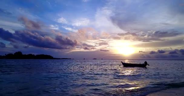 v14961 sagoma barca a vela al tramonto con bel cielo e mare sulla spiaggia dellisola