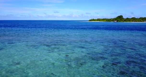 v14542 Maldive spiaggia di sabbia bianca tropicale con occhio di uccelli di volo aereo drone Mostra con acqua di mare blu aqua e cielo pieno di sole