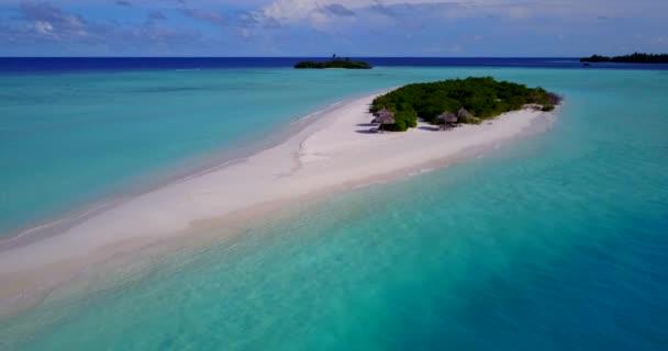 v15326 Maldive spiaggia di sabbia bianca tropicale con occhio di uccelli di volo aereo drone Mostra con acqua di mare blu aqua e cielo pieno di sole