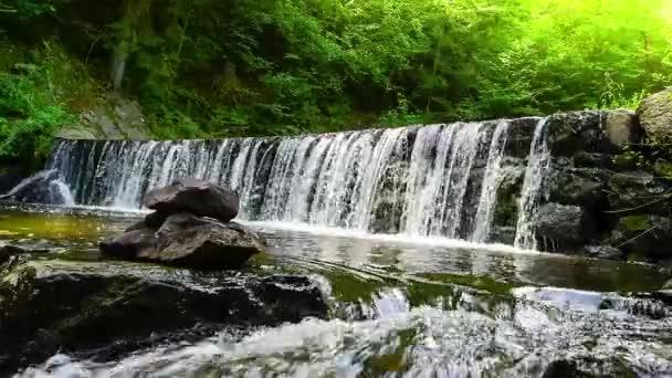 Krásný malý vodopád na potoku