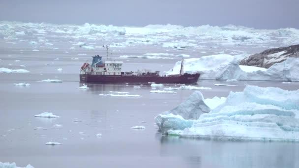 Schiffe auf dem arktischen Ozean in Grönland. 16. Mai 2016. stock video