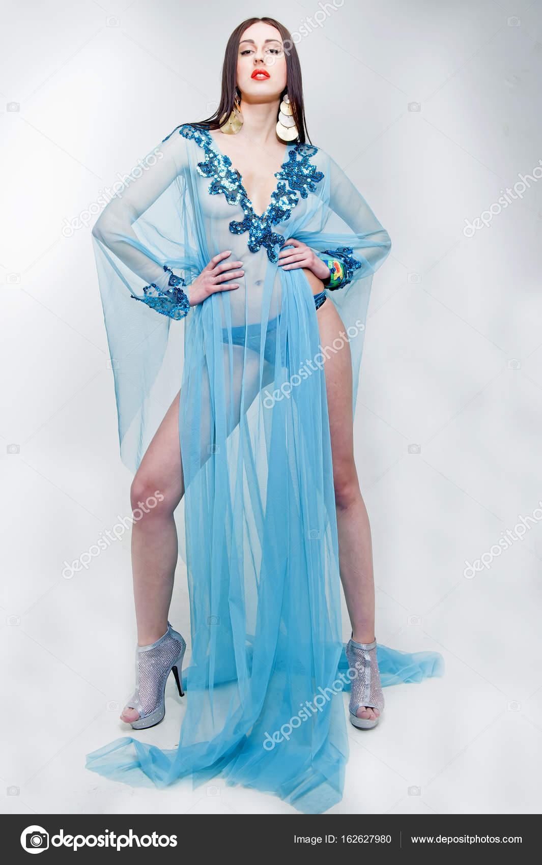 Krásná móda pro mladé dámy nosí modré průhledné šaty– stock obrázky 018a3b3cab