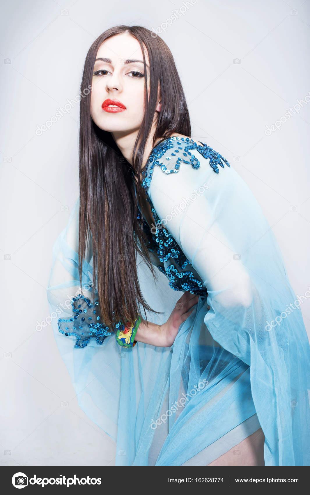 Krásná móda pro mladé dámy nosí modré průhledné šaty — Fotografie od  mtellioglu 64ca467fcf