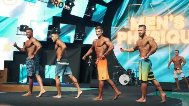 Moskva, Rusko - listopad, 2019: mužská tělesná soutěž na sportovním a zdravotnickém veletrhu