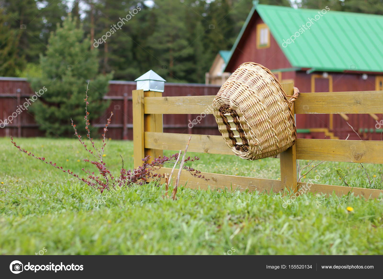 Panier en osier suspendus sur la clôture dans le jardin ...