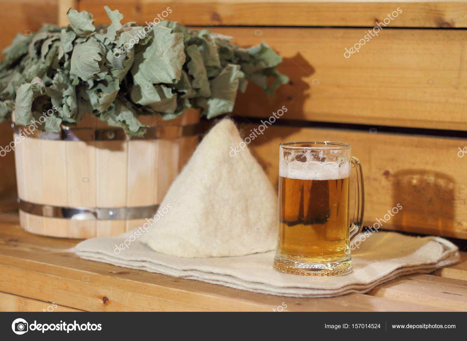 Egy korsó világos sör és fürdőszobai kiegészítők találhatók a ...