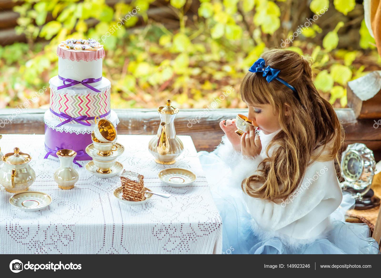 vue latérale d'une petite fille magnifique dans le décor d'alice au