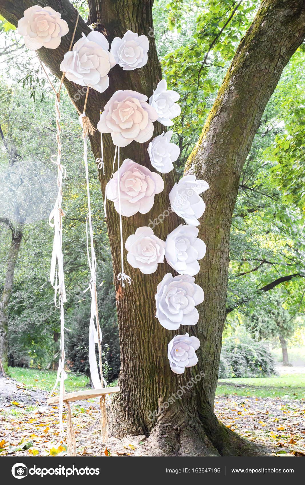 Weisse Papierblumen Und Schaukel Am Baum Stockfoto C Okskukuruza