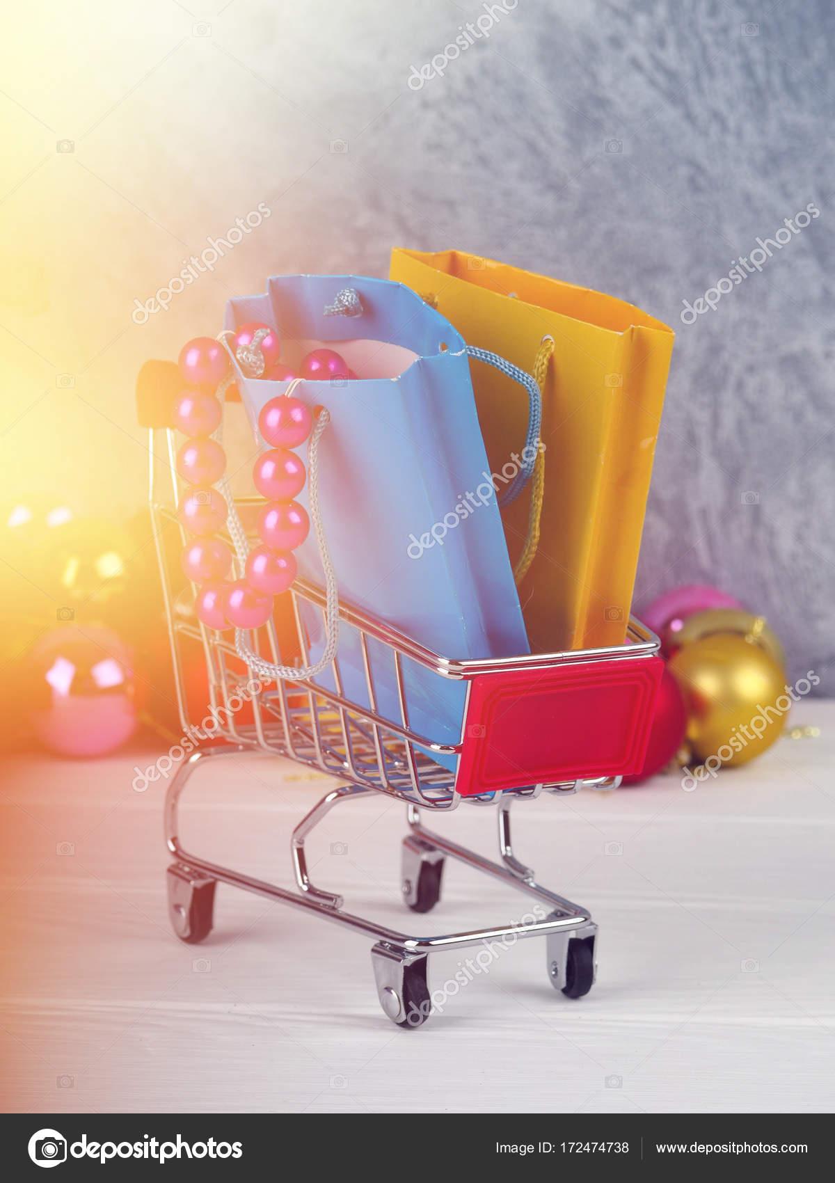 Weihnachten Rabatt, wenig Einkaufswagen voller Weihnachtsgeschenke ...