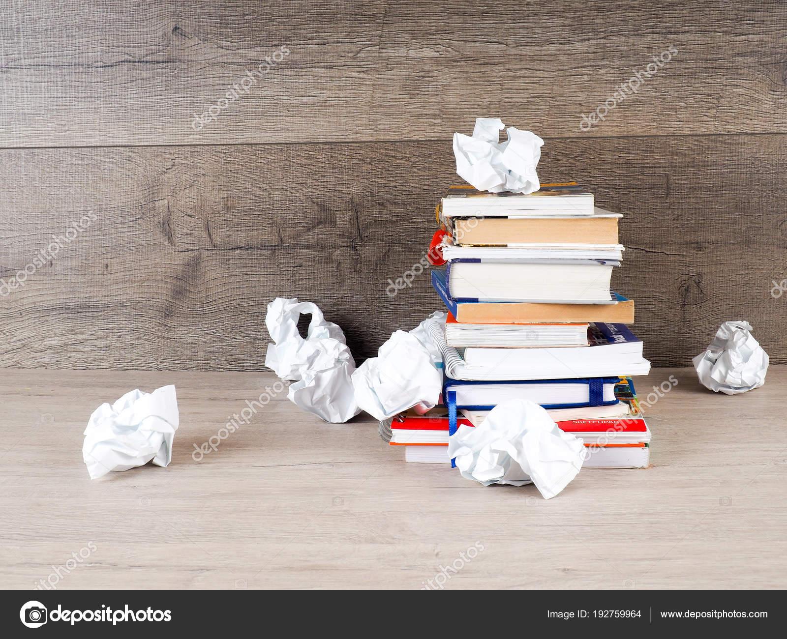 Pilha De Livros Papel Amassado Estudante Preparação Para