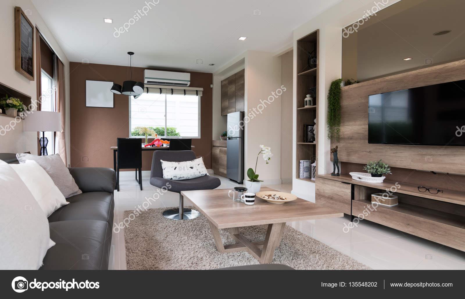 Mooie kamer interieur met hardhoutvloeren en uitzicht over de nieuwe