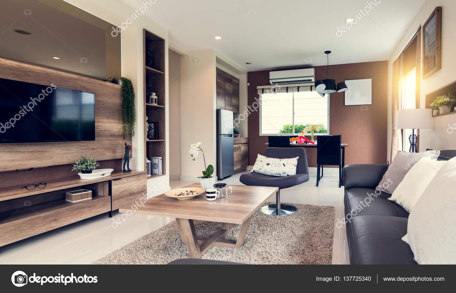 Mooie kamer interieur met hardhoutvloeren en uitzicht over de nieuwe ...