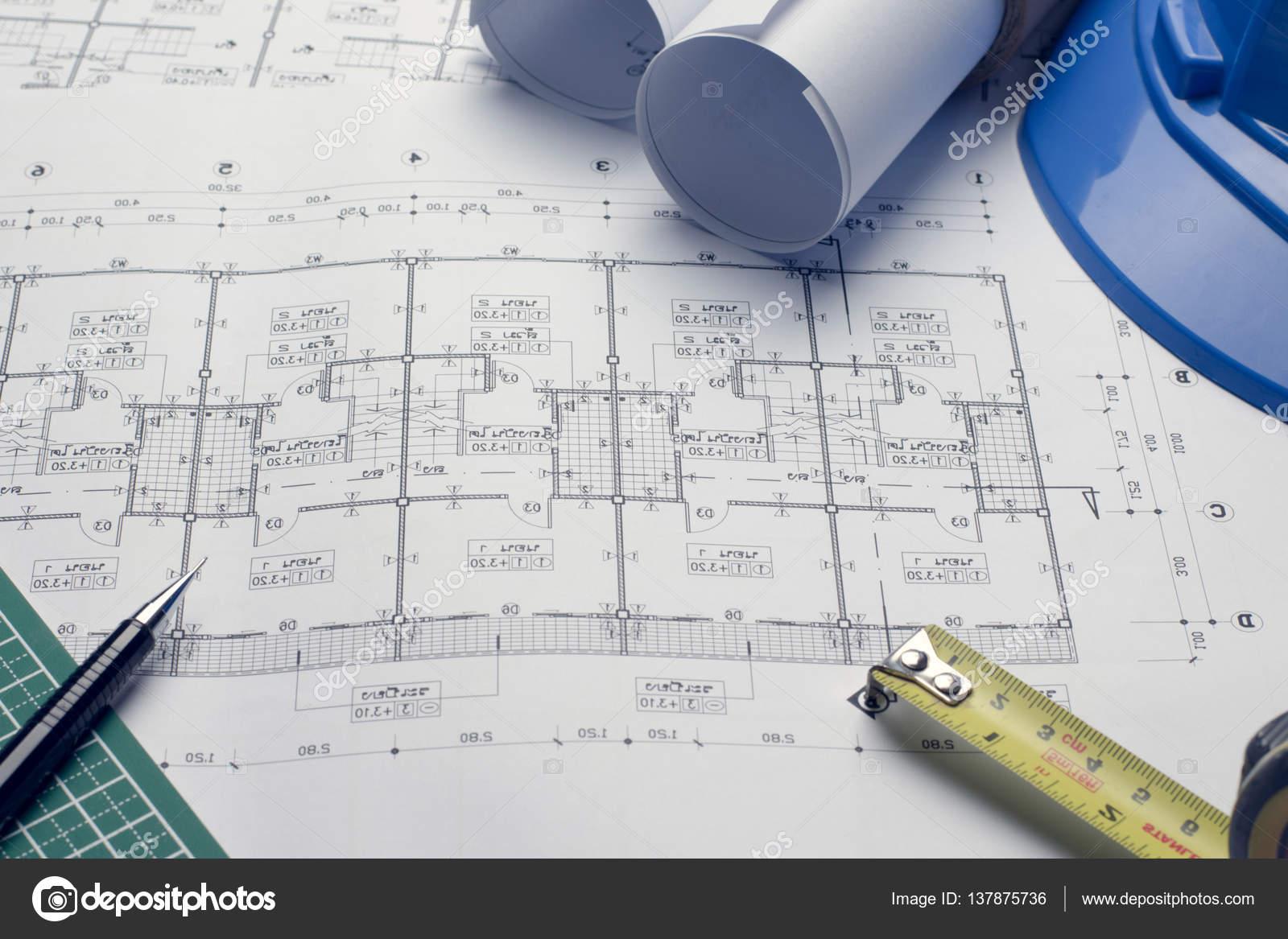 Baupläne Projektzeichnung mit Blaupausen rollt — Stockfoto © dfrsce ...