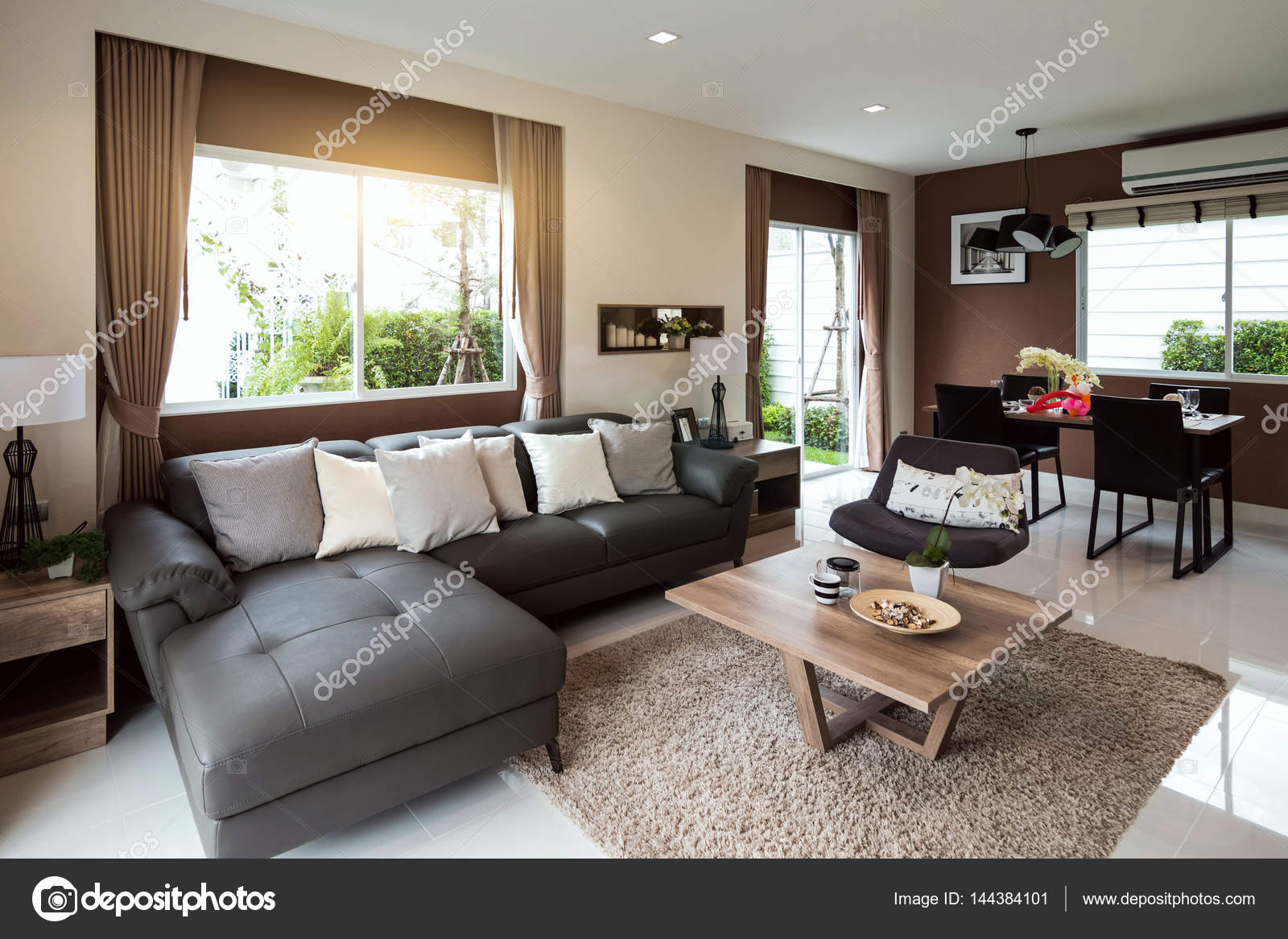 mooie kamer interieur met hardhoutvloeren en uitzicht over de nieuwe lux stockfoto