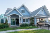 Světle modrý dům v sunlght s barevný mák a některé grac
