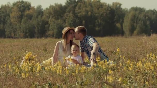 Veselá rodina baví venku v létě pole