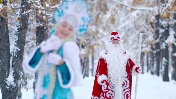 Atraktivní žena oblečená v kostýmu Sněhurka v popředí s úsměvem