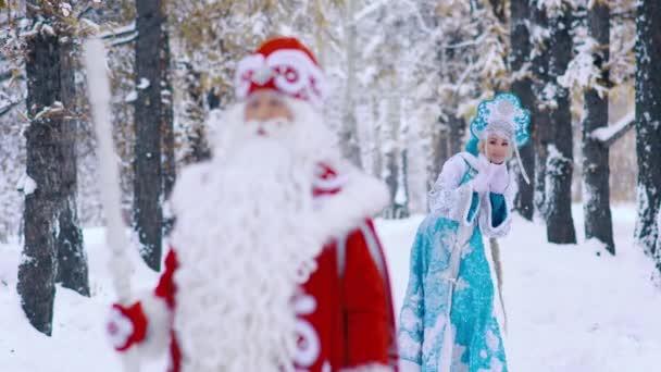 DED Moroz Mrazík a Sněguročka Sněhurka procházky v lese a Bavíte se na nový rok Eve