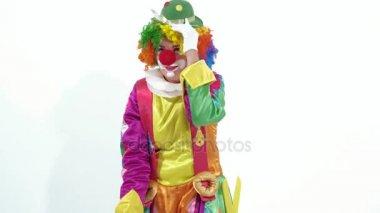 lustigen clown spielen der mundharmonika gesang und tanz zugleich am sant stockvideo. Black Bedroom Furniture Sets. Home Design Ideas