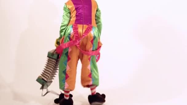 Legrační ženský klaun taneční komickým způsobem proti bílým pozadím
