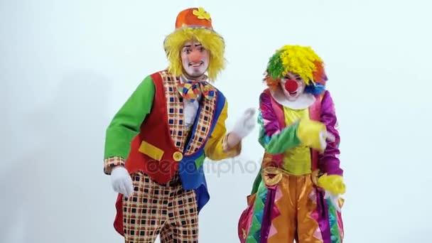 Vicces cirkuszi bohócok tánc egy furcsa és vicces módon