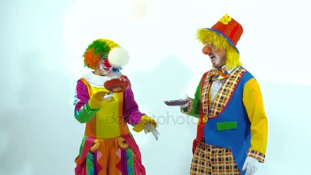Két vicces bohócok megpróbálta elkapni a palacsintát. Lassú mozgás