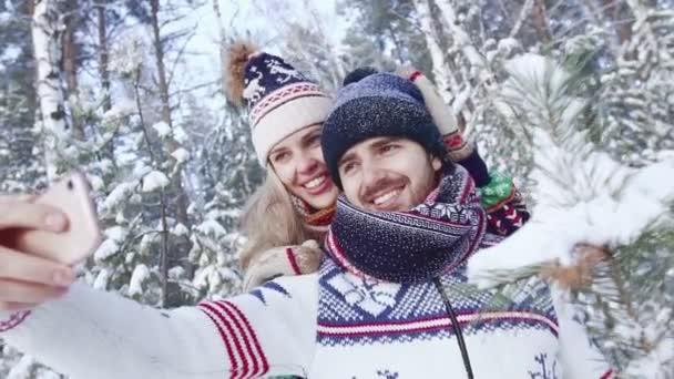 Portrét romantický pár v lese při selfie na smartphone