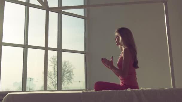 Mladá atraktivní jóga žena v lotosové pozici