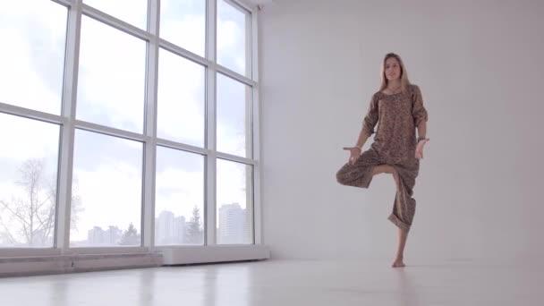Žena atraktivní jógu cvičí jóga vyrovnávací