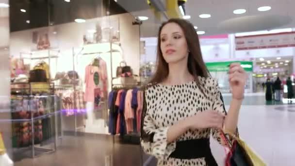967a315da Mulher jovem e bonita no shopping fazendo compras — Vídeo de Stock ...