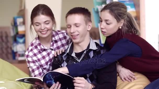Portrét tří studentů knihu čtou