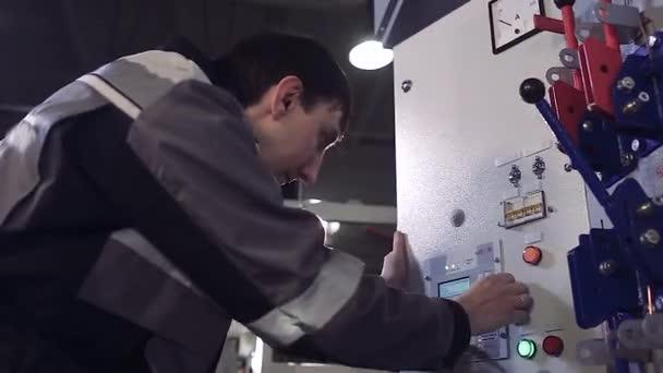 Nahaufnahme des Mannes finishing Installation Stromzähler ...
