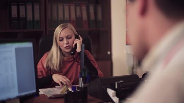 Detail žena pracující v kanceláři.