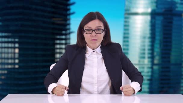 Detailní obchodní žena v obleku. Ona sedí za stolem a nadávky, mávaje rukama