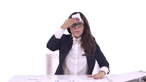 Portré, fiatal üzleti nő az irodában. Elaludt, a munkahelyen. fehér háttér