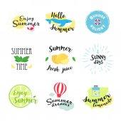 Letní označení, loga, rukou nakreslené značky a prvky pro letní dovolená, cestování, dovolenou na pláži, slunce. Vektorové ilustrace