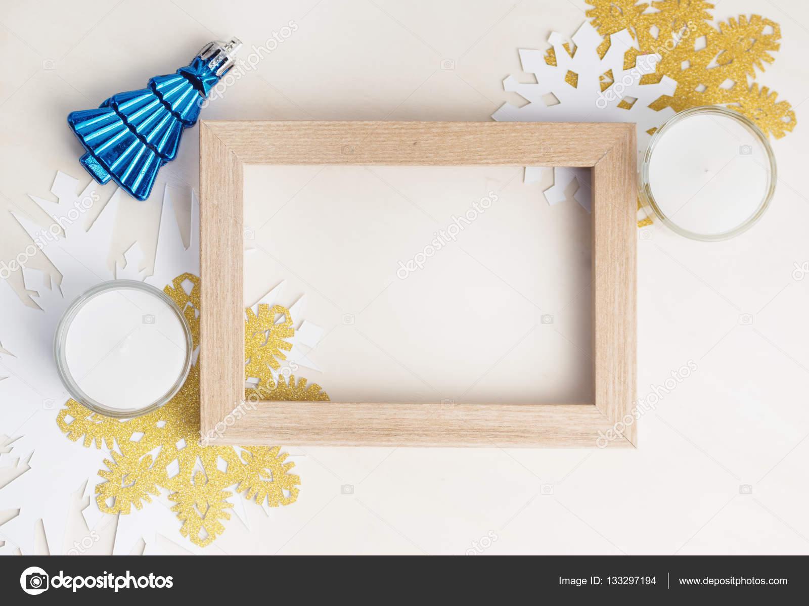 Leere Bilderrahmen mit Weihnachtsbaum Spielzeug, weiß und Gold ...