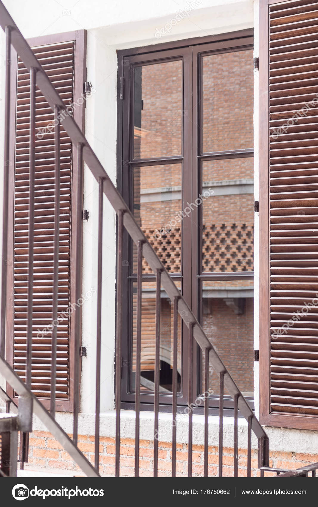 Escadas Inc Ndio Lado Janela Parede Tijolo Reflexo Vidro Fundo