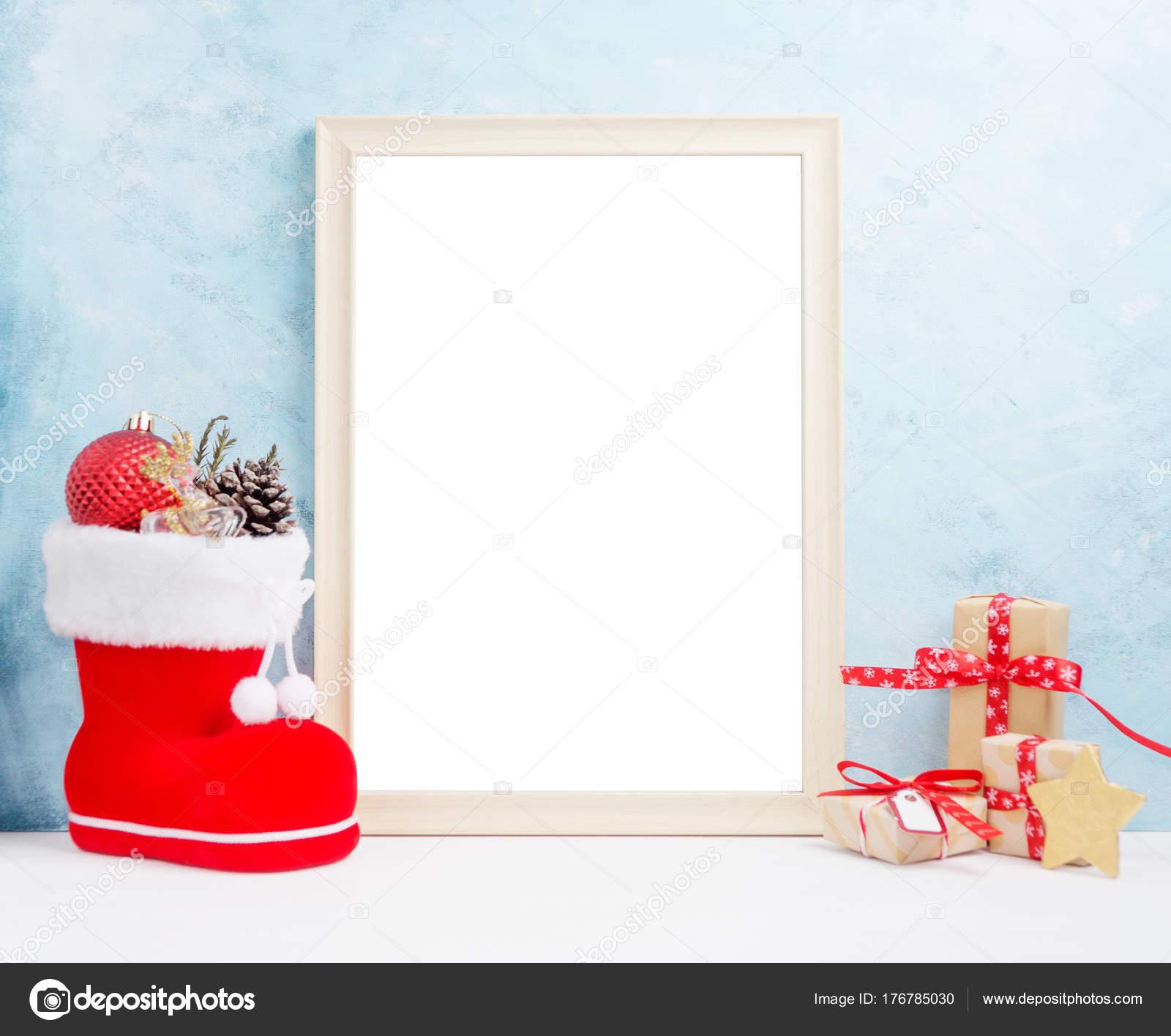 01b824a29a4 Φωτεινά Χριστούγεννα ομοίωμα με μεγάλη κορνίζα: γιορτινό δώρο κουτιά,  παιχνίδια και ελάτου-στο κόκκινο santa's boot έννοια το νέο έτος. Κείμενο  του χώρου.