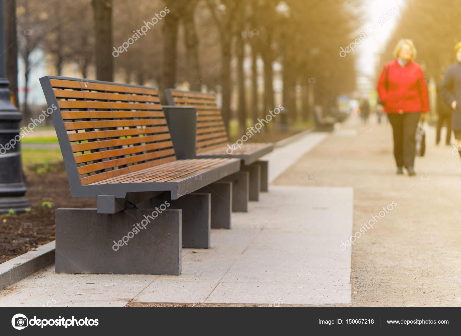 Moderne Sitzbank moderne sitzbank in einer gasse in der stadt moskau stockfoto