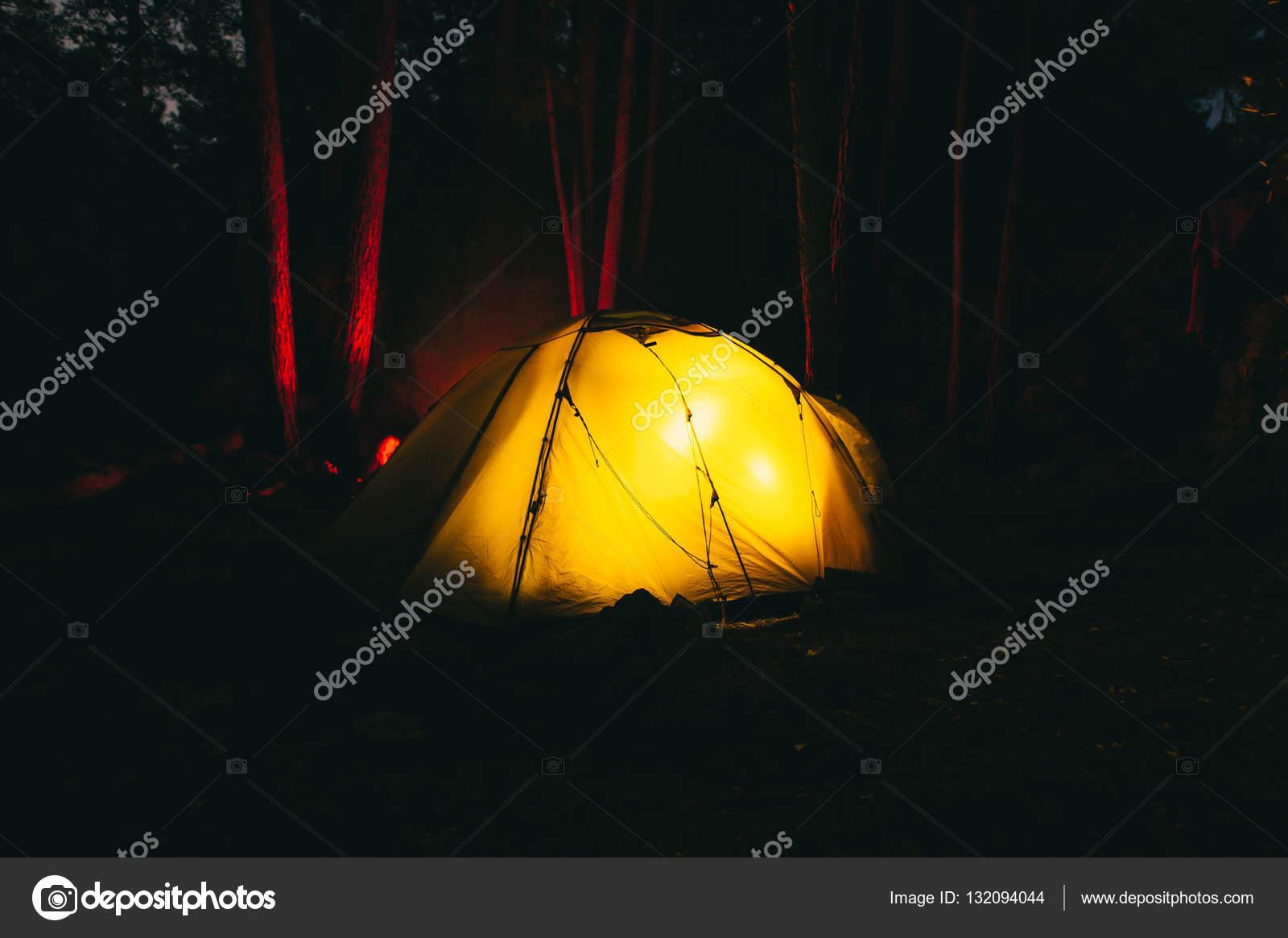 38883bef193 Σκηνή που καίει τη νύχτα κατά τη διάρκεια της εκστρατείας ...