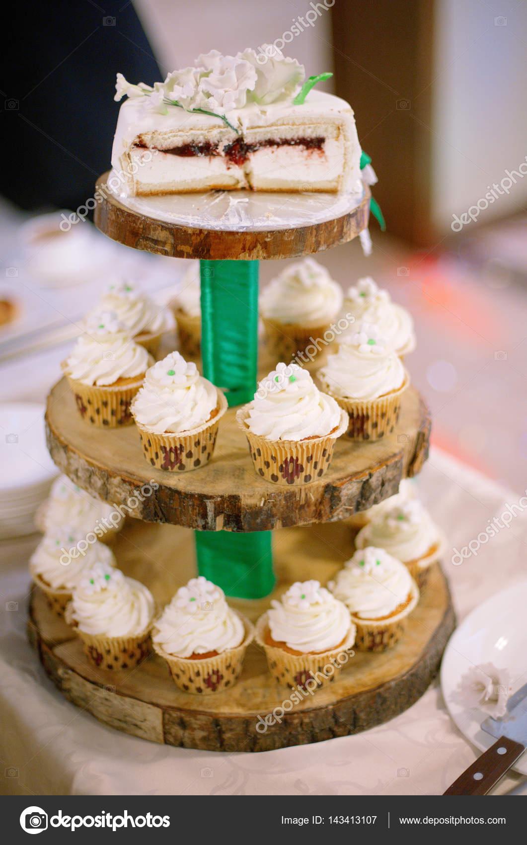 Hochzeitstorte Mit Weissen Rosen Und Cupcakes Mit Sahne Auf Einem