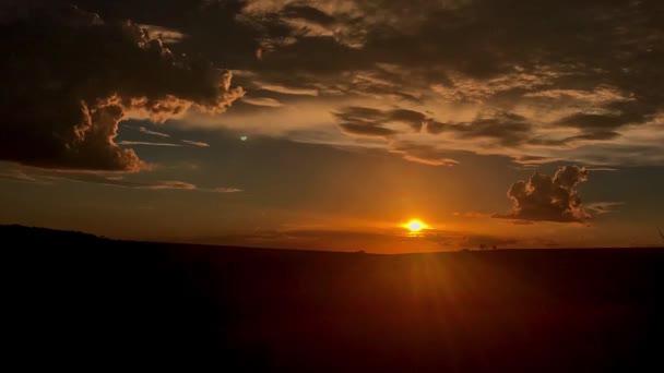 Západ slunce na polní krajině