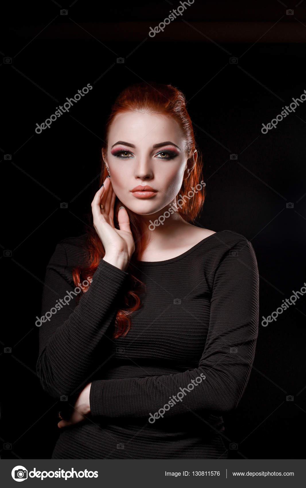Фото девушек в черном платье на черном фоне