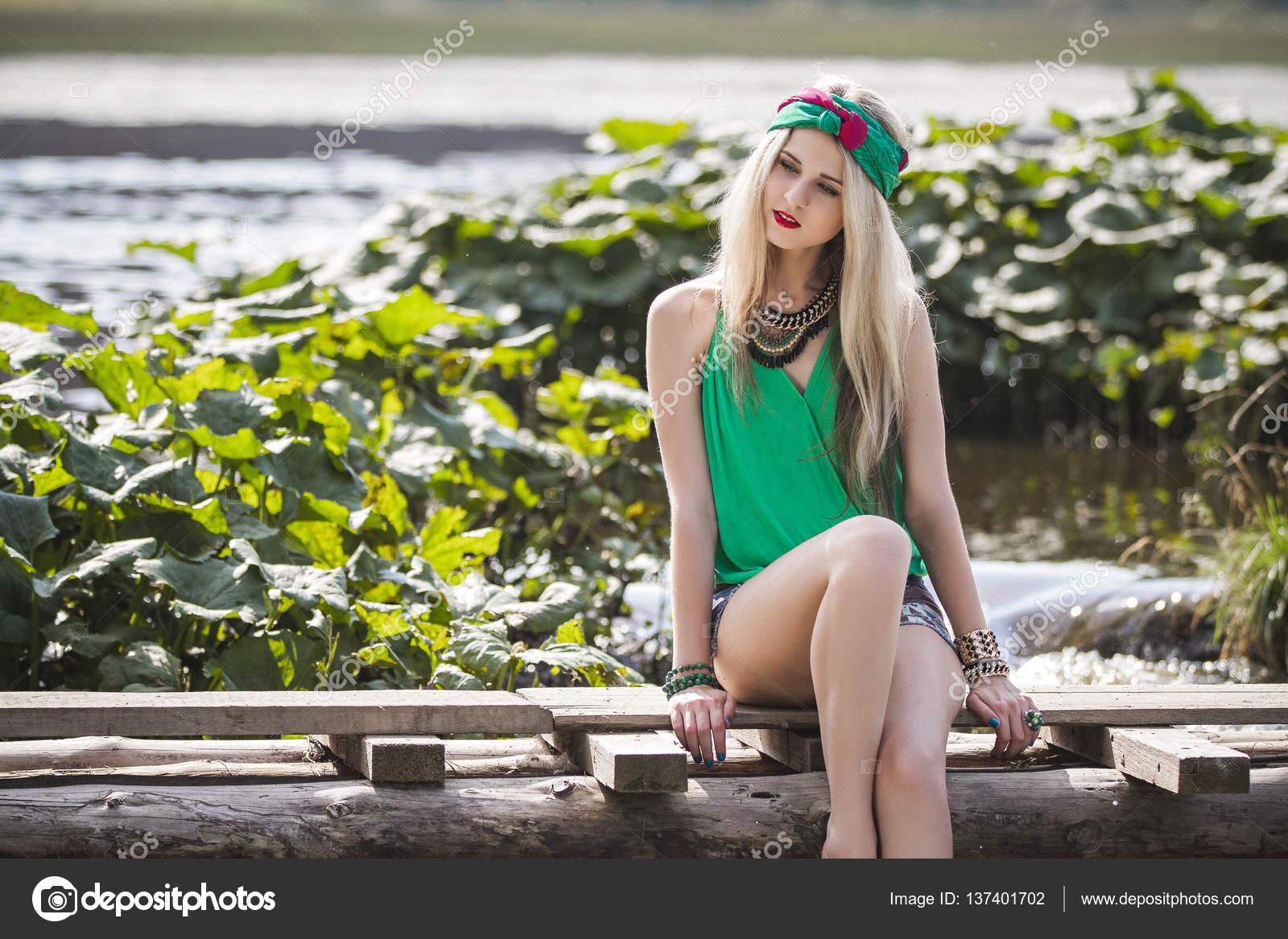porno-onlayn-foto-blondinka-v-trusikah-u-vodi-rabotnitsi