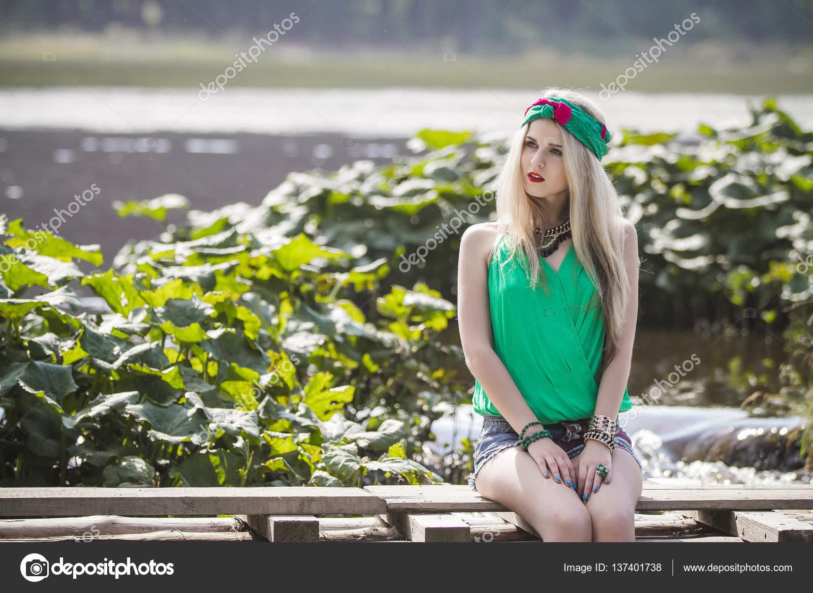 Фото блондинка в трусиках у воды — pic 1