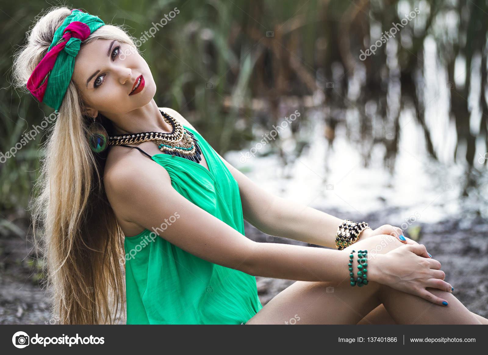 Блондинка девушка в трусиках, скрытая мини камера в спальне жены