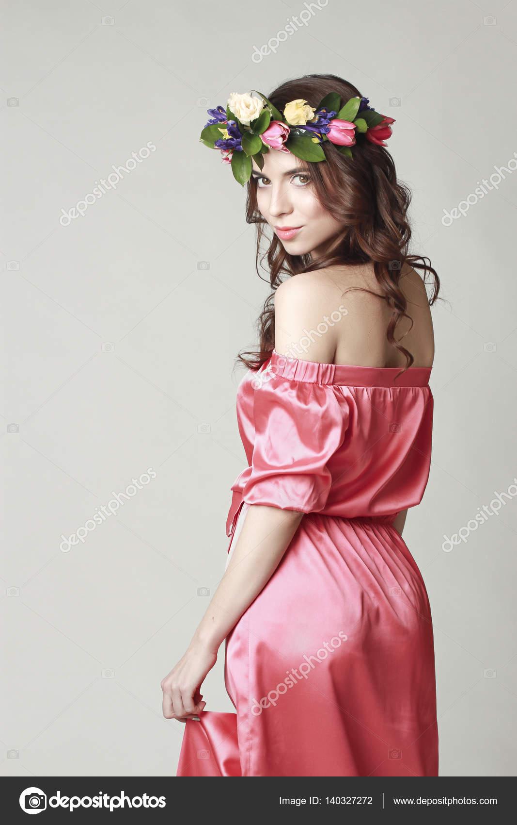Suave apariencia romántica de la muchacha con una corona de rosas ...