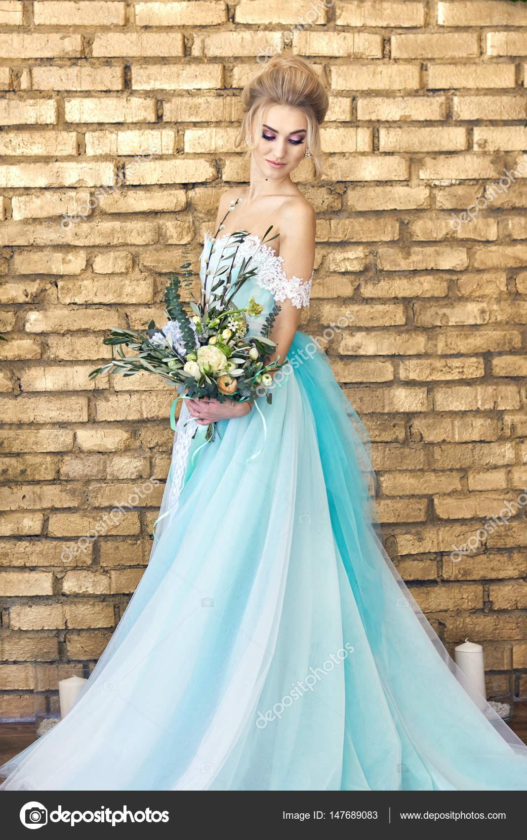 Turquoise Jurk Bruiloft.Bruid In Een Prachtige Turquoise Jurk In Afwachting Van De Bruiloft